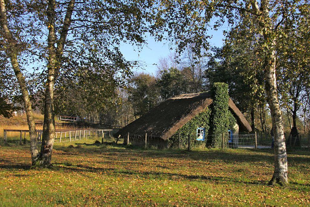 Eine Lehmhütte im Moormuseum.